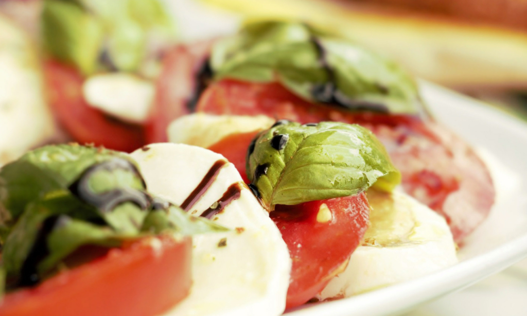 Close-up von Tomate-Morzarella, Topic Basilikum und Balsamico.
